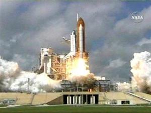 LA SALIDA <HR>  El transbordador Atlantis, tras dos semanas plagadas de aplazamientos, abandonó la plataforma de lanzamiento a las 11:15 a.m. con cielos parcialmente despejados desde la base de Cabo Cañaveral del Centro Espacial Kennedy.