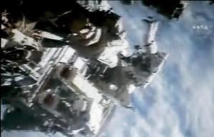 Tras terminar y al entrar en la cámara de despresurización, el centro de control de seguimiento de la NASA en Houston agradeció a ambos y les dijo que habían hecho una labor fenomenal.