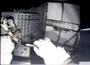 A Tanner se le escapó, mientras trabajaba, una arandela, una tuerca y un muelle, la primera de las cuales salió al espacio.  Sin embargo, la tuerca y el muelle, según el astronauta, podrían haber ido a parar a alguna parte de la viga.