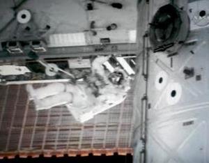 Ambos astronautas ayudaron a instalar una viga de unos 13 metros, que posee un nuevo par de paneles solares