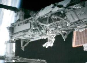 PRIMERA CAMINATA <HR> Los astronautas Joe Tanner y Heidemarie Stefanyshyn-Piper terminaron sin problemas la primera caminata espacial de la misión del Atlantis, a no ser por la pérdida de una tuerca, un muelle y una arandela.