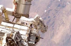 Tras el desprendimiento de la nave, el piloto Chris Ferguson llevará a cabo un sobrevuelo de 360 grados alrededor de la Estación Espacial, para permitir que el resto de la tripulación pueda tomar fotos de la EEI con los módulos que se han añadido esta semana.