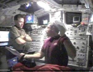 Los astronautas se cubrieron con guantes y gafas, pero no fue necesario que se colocaran mascarillas u otros equipos de emergencia