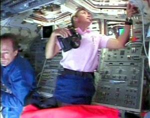 Los astronautas, y los técnicos en el Centro Espacial Johnson en Houston (Texas), desde donde se controla la misión, están preocupados por cualquier daño que pudiera causar el impacto de pequeñísimos meteoritos en los paneles térmicos.