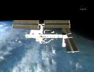Las escotillas en los compartimentos que separan la estación de la nave habían quedado cerradas a las 10.27 GMT, y desde entonces tanto los seis astronautas del Atlantis como los dos en la EEI se dedicaron a comprobar que no existían filtraciones.
