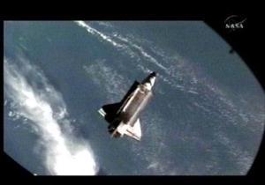 PREPARAN REGRESO <HR> El transbordador espacial Atlantis se desprendió de la Estación Espacial Internacional para emprender regreso a la Tierra, tras una misión de una semana en la que se reanudó la construcción de la EEI.