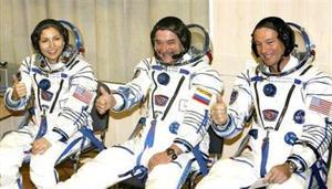 A partir de la primera vuelta en torno a la Tierra, Ansari, Tiurin y López-Alegría pudieron quitarse las escafandras, lo que les permitirá adaptarse mejor a las condiciones de ingravidez
