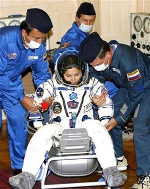 Nueve minutos después del despegue, la Soyuz TMA-9 se separó del cohete portador y se ubicó en una órbita elíptica transitoria de 242 kilómetros de apogeo (altura máxima) y 200 kilómetros de perigeo (distancia mínima).