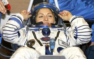 En compañía del cosmonauta ruso Mijail Tiurin y el estadounidense de origen español Michael López-Alegría, Ansari vuela ya hacia a la EEI a bordo de la nave Soyuz TMA-9. <p>  'Una encantadora sonrisa femenina se adueñó hoy del turismo espacial', comentó la televisión estatal rusa, que por primera vez transmitió por primera vez en directo el lanzamiento de una nave tripulada.