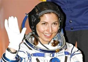 La multimillonaria estadounidense de origen iraní Anousha Ansari se convierte en la primera mujer que ingresa en el exclusivo club de los turistas espaciales. <p>  Durante su permanencia de diez días en el espacio, Ansari, de 40 años, realizará dos experimentos de la Agencia Espacial Europea y un tercero del consorcio aeroespacial ruso Energía.