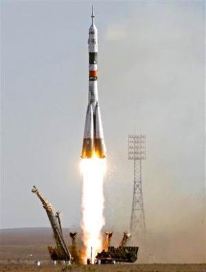 La nave rusa Soyuz TMA-9 despegó desde el cosmódromo kazajo de Baikonur, en Asia Central llevando a la EEI a la primera turista espacial de la historia, la multimillonaria estadounidense de origen iraní Anousha Ansari, de 40 años, que ha pagado poco más de 20 millones de dólares por el periplo.