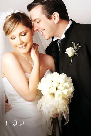 Ing. Omar López López y Srita, Laurencia Margarita Villerreal Alday  contrajeron matrimonio el pasado ocho de septiembre en la parroquia Los Ángeles.  <p> <i>Estudio: Laura Grageda</i>