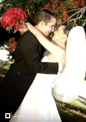 Ing. Víctor Castilla Reyes y Lic. María Luisa Alonso Guerra Fuentes contrajeron matrimonio en la iglesia del Centro Saulo, el pasado 20 de mayo de 2006.  <p> <i>Estudio: Letticia</i>