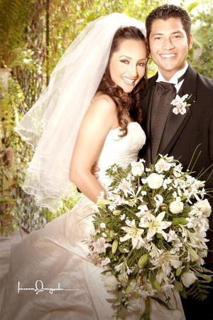 L.E.F. Manuel Martell Medina e Ing. Wendy Luévano Meléndez contrajeron matrimonio en la parroquia de Nuestra Señora del Refugio, el pasado 21 de julio de 2006. <p> <i>Estudio: Laura Grageda</i>