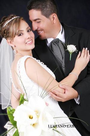 Lic. Orlando Ramírez Suárez y Srita. Dafne Goretti Castañeda Argüello recibieron la bendición nupcial el pasado 15 de julio de 2006.  <p> <i>Estudio: Luciano Laris</i>