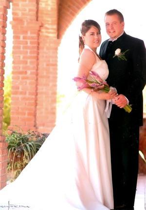 Sr. Christopher Robert Pawlikowski y Srita. Laura Bernal Flores contrajeron matrimonio el pasado diez de junio de 2006.  <p> <i>Estudio: Maqueda</i>