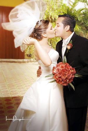 Sr. Gerardo Jaramillo Barrón y Srita. Janine Maldonado González contrajeron matrimonio en la parroquia de Santo Cristo, el pasado 19 de agosto de 2006.  <p> <i>Estudio: Laura Grageda</i>