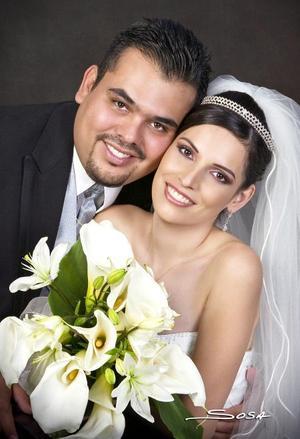 Sr. Héctor Calderón Cortés y Srita Karla Ivonn Villegas Flores contrajeron matrimonio en la parroquia de La Sagrada Familia, el sábado nueve de septiembre de 2006.  <p> <i>Estudio: Sosa</i>