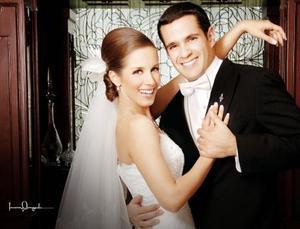 Sr. Íñigo Belausteguigoitia Giacomán y Srita. Alejandra Larrinaga Grageda contrajeron matrimonio el pasado 23 de septiembre en la parroquia Los Ángeles.   <p> <i>Estudio: Laura Grageda</i>