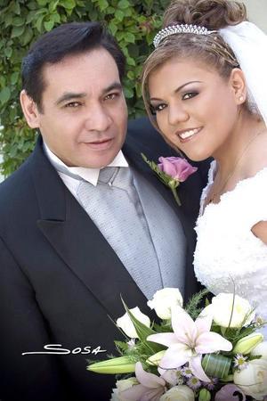 Sr. Rodolfo Adriano Guillén y Srita. Élida García Peña recibieron la bendición nupcial en la capilla de la Resurrección del Centro Saulo, el pasado 29 de julio de 2006.  <p> <i>Estudio: Sosa</i>