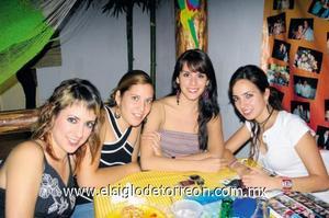 <I>Y ¡LLEGO LA NOCHE!</I><P> Daniela Ramos, Claudia Fernández, Laura Gajón y Lily Villa.