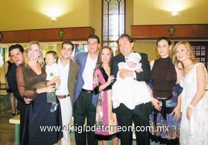 Valeria Cid Martínez junto a la Familia Ruíz y sus padrinos Anna Palacios y Daniel Chávez.