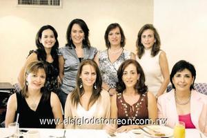 BONITO FESTEJO La festejada junto a Katia Zarzar, Graciela de Rimada, Marcela F. de López, Linda Zarzar, Sofía de Kuri, Soledad A. de Martínez y Anabel de González.