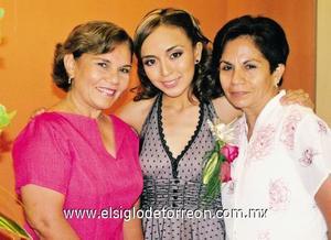 La novia junto a su suegra, Patricia Rodríguez de Espinosa y su mamá, Silvia Martínez de Hernández.