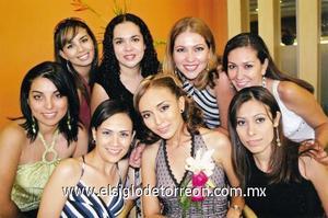 Priscila y Paty Espinosa, Valeria Cabral, Lucy y Alejandra Cueto, Karla Hernández y Susy Meléndez acompañando a Blanca Hernández Martínez.