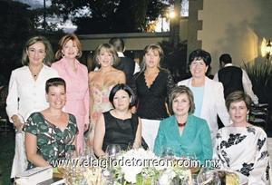 Edurne Olábarri de Villegas acompañada por un grupo de amistades.