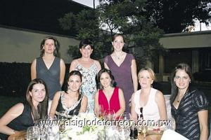 La festejada junto a Lorena Iriarte de Cabranes, Olivia y Jessica Sotoluján, Paty Castro, Licha Reynoard, Mary Pily Cabranes y Ale García.