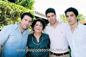 María Matilde Valdés Arellano con sus nietos Gerardo, Arturo y Luis Fernando Schmal García.