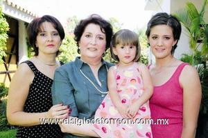 Cuatro generaciones: María Matilde Valdés Arellano, María Eugenia García de Madero, Alejandra Madero García y Katia Malacara Madero.