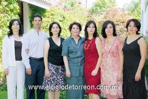 <I>FESTEJA SU CUMPLEAÑOS</I><P> La festejada junto a sus hijos Adriana, Luis, Margarita, Leticia, Maty y Maru García Valdés.