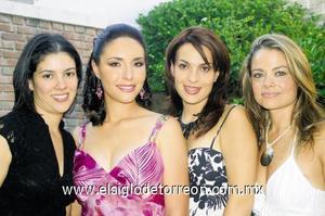 Paty Rafael, Marcela Luna y María Esther Sobrino junto a la futura novia.