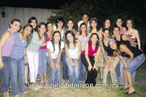 <I>HELWE DABDOU VELÁZQUEZ</I><P> La festejada junto a todas sus amigas.