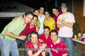 El festejado junto a sus amigos Octavio Campa, Luis Arratia, Giorgio Aronis, Rubén Castillo, Luis Carlos, Neto Núñez y Cristian Mijares.