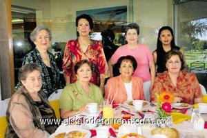 Raquelita Lugo, Maty Valdéz, Rosalinda Treviño, Maga Obeso, Piri de Carlos y Mayo de Ibarra acompañando a  Lucrecia Valdés de Álvarez.