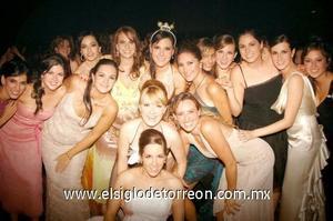 La novia acompañada de sus primas y amigas.