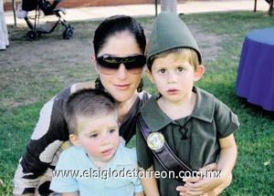 Gaby Zarragoicoechea de Tricio con sus hijos Rafa y Diego.