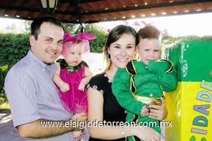 <I>UN MUY FELIZ CUMPLEAÑOS</I><P> El festejado junto a sus papás Jorge Pérez Garza y Rosario Sirgo de Pérez y su hermanita Ana Carmen Pérez Sirgo.