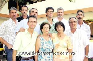 Lala M. de Canedo y Laura M. de Canedo junto a Hugo, Alejandro, Alberto, Guido, Luis, Ricardo, Ismael y José Manuel Canedo.