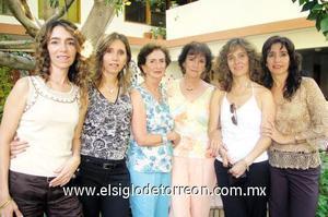 La festejada junto a Lala M. de Canedo, Laura M de Canedo, Lina, Ivette, Tere y Leticia Canedo.