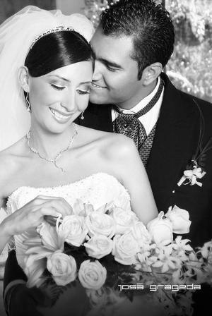 Sr. Julio César Herrera Veloz y Srita. Judith Romero Esparza, el día de su boda.  <p> <i>Estudio: José Grageda</i>