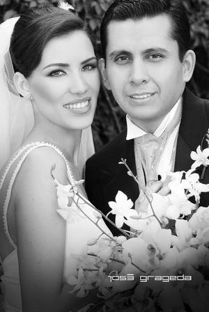 Sr. Fernando Rangel Gutiérrez y Srita. Ángela Álvarez Elías, el día de su enlace nupcial.  <p> <i>Estudio: José Grageda</i>