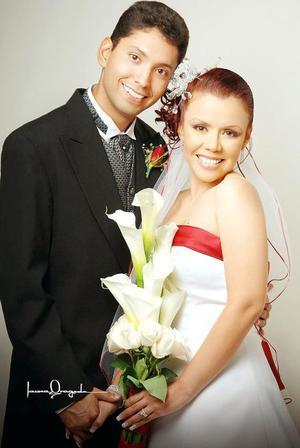 C.P. Juan Carlos Soria Rodríguez y C.P. Anabel Ortega Juárez contrajeron matrimonio en la parroquia de San Felipe de Jesús, el pasado dos de septiembre de 2006.  <p> <i>Estudio: Laura Grageda</i>