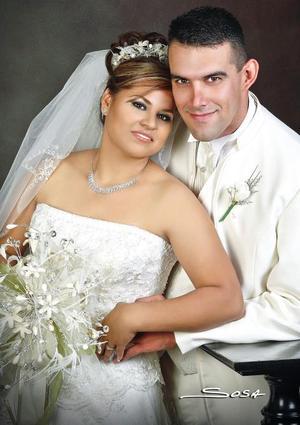 Ing. Gerardo Hernández García y Lic.Laura Rocío Barroso Martínez recibieron la bendición nupcial el pasado 30 de septiembre de 2006 en la parroquia de San Pedro Apóstol.  <p> <i>Estudio: Sosa</i>