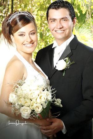 Ing. Gerardo Manuel Hernández Cháirez e Ing. Ileana Molina Arias contrajeron matrimonio en la parroquia de Cristo Rey, el pasado 14 de julio de 2006.  <p> <i>Estudio: Laura Grageda</i>