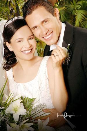 Ing. Jesús Alfonso Ortiz y Lic. Yuridia Moreno Rosales recibieron la bendición el pasado seis de octubre de 2006 en la parroquia Los Ángeles.  <p> <i>Estudio: Laura Grageda</i>