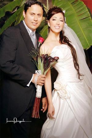 Ing. Tomás Orozco Guerrero y Lic. Elizabeth Carolina Burgos de Anda contrajeron matrimonio en la parroquia Los Ángeles, el pasado 14 de ostubre de 2006.  <p> <i>Estudio: Laura Grageda</i>